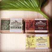 El aceite de oliva es buenísimo para la piel. Tiene un alto contenido en vitaminas A y E, lo que hace que sus propiedades sean muy beneficiosas para todo tipo de pieles. Es por ello que en Alma Eko encontrarás muchos productos cosméticos y de higiene con base de aceite de oliva. Hoy queremos destacar los Jabones del Zorro d'Avi.   Están elaborados de forma artesanal en Sanabria. Tenemos un montón de variedades distintas, pero todos ellos con base de aceite de oliva ecológico, y cuentan con las siguientes propiedades:  - Son muy nutritivos y humectantes, por lo que logran una piel suave, flexible y radiante.  - Resultan muy hidratantes para todo tipo de pieles, incluidas las sensibles.  - Son muy buenos aliados contra el envejecimiento prematuro porque atenúa las líneas de expresión.  -Son reparadores de tejidos de la piel dañados porque aceleran el proceso de cicatrización, eliminan manchas y regeneran la piel.   Esas son las propiedades básicas de todos los jabones de esta marca, pero, además cada uno de ellos se complementa con un extracto de plantas o un aceite esencial que lo hacen especialmente indicado para una parte del cuerpo o tipo de piel.  Entra en almaeko.com y descubre las propiedades de todas las variedades que tenemos:  - Caléndula - Mirra - Árbol de té - Lavanda - Rosa mosqueta - Propóleo - Saúco - Aloe vera - Argán - Tomillo - Canela - Naranja - Algas - Avena  #almaeko #productosnaturales #productovegano #veganlife #ceroresiduo #regalossostenibles #regalosceroresiduos #vivirsinplasticos #vidasostenible #compostable #biodegradable #embalajecompostable #stopplastico #sinplastico #vivirsinplastico #salvaroceanos #zerowaste #rivas #comerciosderivas #vecinosderivas #jabonesartesanales #jabonesecológicos